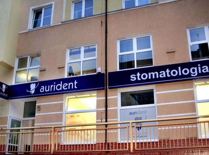 Wejście do kliniki ortodontycznej we Wrocławiu.