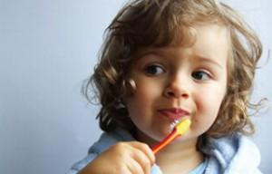 Dziecko myjące zęby