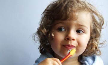 dziecko dbające o zęby