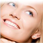 Kobieta z pięknym uśmiechem po wybielaniu zębów