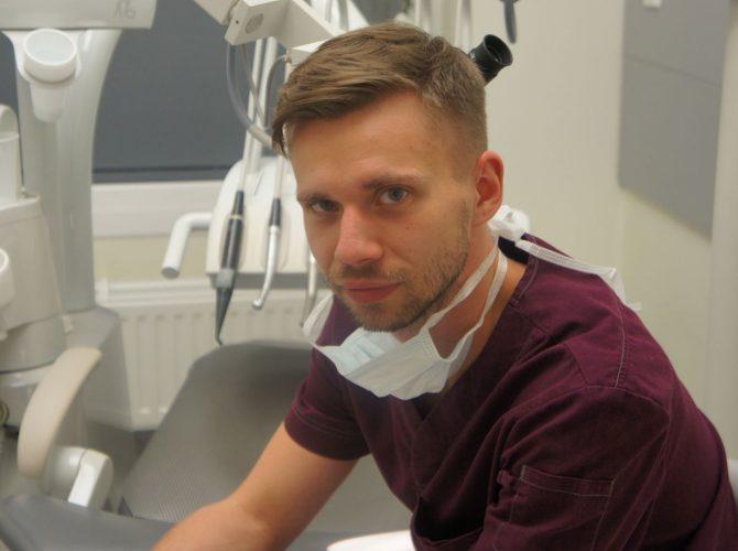 Doświadczony dentysta w wrocławskiej klinice.