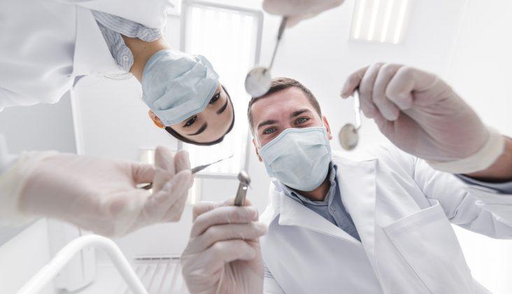 wykonywanie zabiegów stomatologicznych pod narkozą
