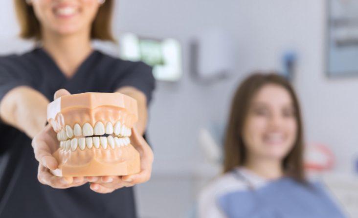 sposoby na prawidłową pielęgnację protezy zębowej